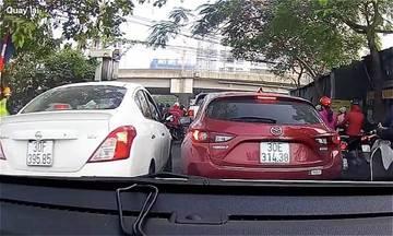 Tài xế Mazda quyết không nhðá»ng ôtô chạy cðá»p Ãðá»ng