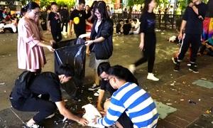 Bạn trẻ ở Sài Gòn nhặt rác giúp công nhân vệ sinh sau khi đón năm mới