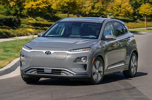 Ôtô điện Hyundai Kona trên đường chạy thử tại Mỹ. Ảnh: Caranddrive