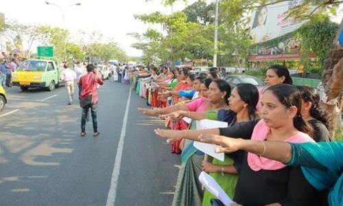 Phụ nữ xếp hàng trên quốc lộ bang Kerala. Ảnh: CV Lenin.