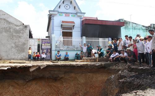 Bốn năm trước, hố sụt lún rất lớn từng xuất hiện ở xã Quý Lộc khiến người dân lo lắng. Ảnh: Lê Hoàng.