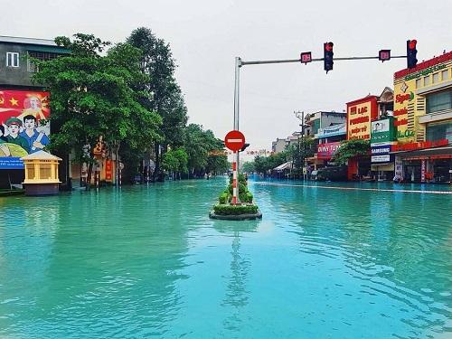 Vẻ đẹp lãng mạn trên đường phố Việt trong những ngày mưa bão.