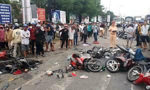 Hàng chục xe máy bị container tông nằm la liệt tại Long An