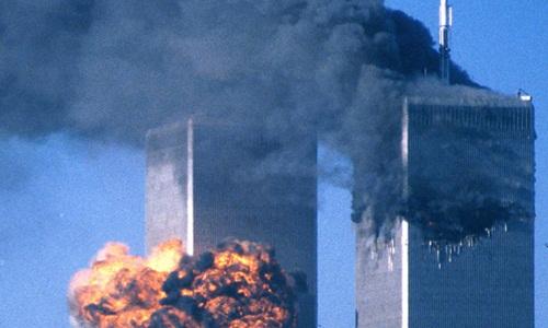 Hai tòa tháp của Trung tâm Thương mại Thế giới ở New York bốc cháy sau khi bị máy bay lao trúng trong vụ khủng bố 11/9/2001. Ảnh: Reuters.