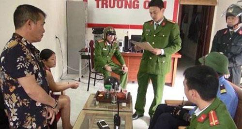 Lực lượng chức năng khám xét Công ty Dịch vụ tài chính Trường Cửu. Ảnh: Lam Sơn.