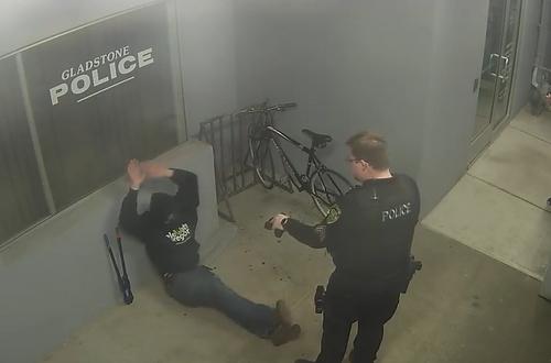 Nghi phạm nhanh chóng đầu hàng. Ảnh: Gladstone Police Department.