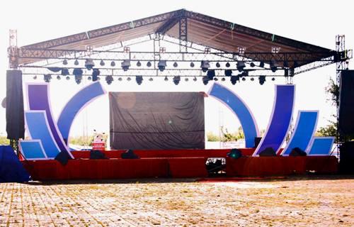 Màn hình 300 inch tại Quảng trường Thanh niên, TP Cà Mau đã được lắp đặt, sáng 14/12. Ảnh: Phúc Hưng.