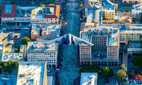Chiếc B-2 bay trên đường phố Pasadena hôm 1/1. Ảnh: Mark Holtzman.