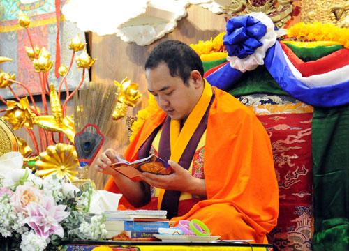 ]Đức Nhiếp chính vương Gyalwa Dokhampa giảng pháp tại Quan Âm Tu Viện ngày 1/1/2019. Ảnh: Đức Tâm.