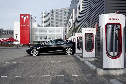 Trạm sạc điện của Tesla được đặt ngay ở bãi để xe. Ảnh: Teslarity