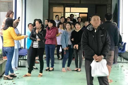 Người dân hoang mang khi nghe tin bệnh viện không khám bệnh. Ảnh: Phạm Linh.