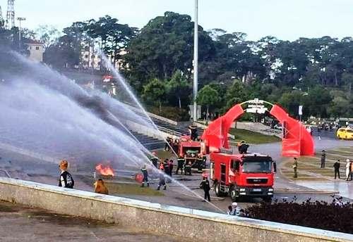 Cảnh sát phòng cháy diễn tập ở Quảng trường Lâm Viên trước chung kết lượt về. Ảnh: Khánh Hương.