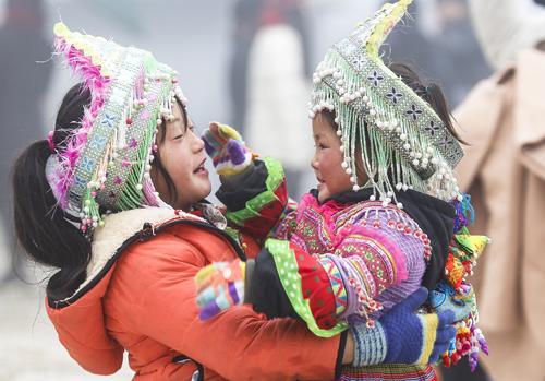 Đầu tháng 1, miền Bắc trải qua đợt rét nhất từ đầu đông. Hai em bé ở Sa Pa phải mặc thật ấm để đi bán đồ lưu niệm. Ảnh: Tuấn Minh.