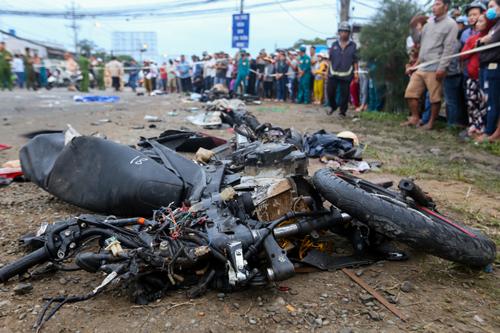 Một xe máy biến dạng sau tai nạn. Ảnh: Quỳnh Trần.
