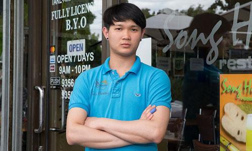 Ben Tran, một nhân viên của nhà hàng Song Huong, nhà hàng Việt Nam trên phố Alfrieda ở khu ngoại ô St Albans, Melbourne, Australia. Nguồn: Daily Mail Australia.