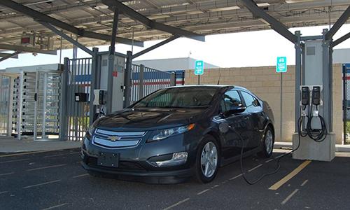 Xe điện của Chevrolet sạc điện tại bãi đỗ.