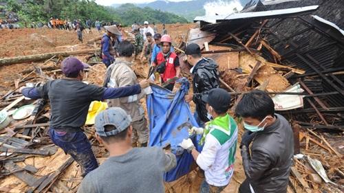 Lực lượng cứu hộ đưa một thi thể khỏi hiện trường vụ lở đất ở tỉnh Tây Java hôm 1/1. Ảnh: AP.