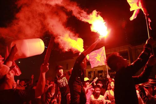 Người hâm mộ ở Nha Trang đốt pháo sáng ăn mừng khi Việt Nam vào chung kết AFF Cup, hôm 2/12.