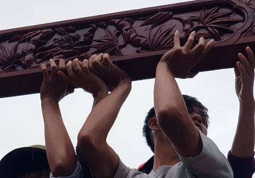 Nhiều hạng mục bằng gỗ được tháo dỡ cẩn thận để tái sử dụng. Ảnh: Đ.X.