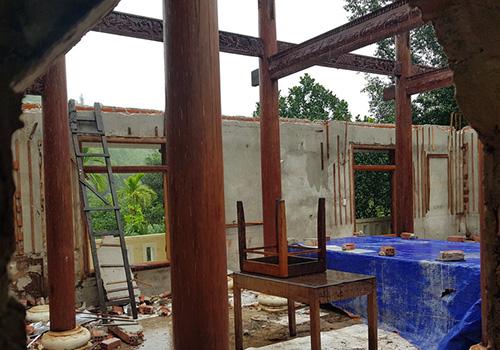Tường gạch và bê tông sẽ được đập bỏ sau khi tháo dỡ xong phần gỗ. Ảnh: Đ.X.