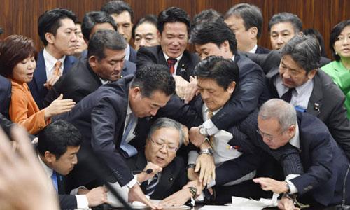 Các nghị sĩ Nhật Bản tranh cãi trong phiên làm việc ngày 8/12/2018để xem xét dự thảo luật nới lỏng các quy định về lao động nhập cư. Ảnh: Kyodo.