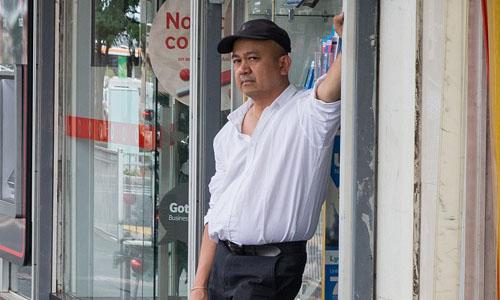Một chủ tiệm bán điện thoại nằm trên phố Alfrieda ở khu ngoại ô St Albans, Melbourne, Australia. Nguồn: Daily Mail Australia.