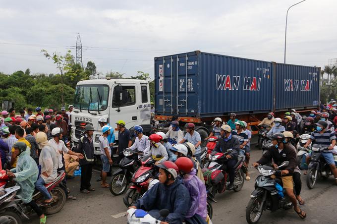 Hơn 20 xe máy biến dạng sau khi bị container kéo lê