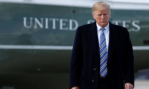 Tổng thống Mỹ Donald Trump đứng trước chuyên cơ Air Force One. Ảnh: Reuters.