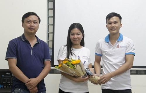 Sinh viên tặng hoa cho các diễn giả chia sẻ tại hội thảo.