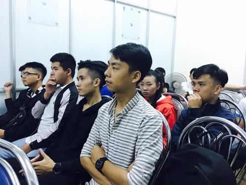 Sinh viên Đại học Bách khoa Đà Nẵng lắng nghe những chia sẻ về công nghệ ô tô.