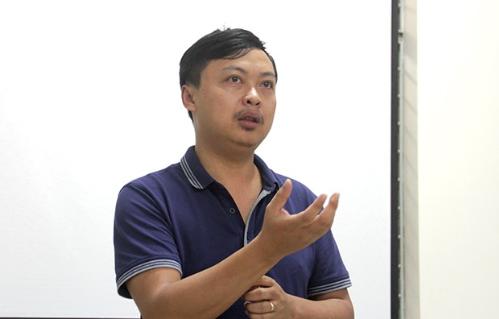 Ông Ngô Sỹ Việt Phú - Phó Giám đốc FGA Đà Nẵng giúp sinh viên hiểu hơn về xe tự hành.