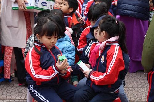 Tại buổi lễ phát động, 2.000 học sinh trường tiểu học Kim Đồng đã được nhận những hộp sữa học đường đầu tiên.