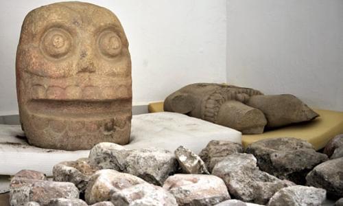 Các tượng đá được tìm thấy trong đền thờ thần Xipe Totec ở bang Puebla, Mexico. Ảnh: AP.