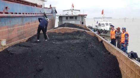 Tàu chở 700 tấn than cám không giấy tờ nguồn gốc bị cảnh sát bắt giữ. Ảnh: Hải Long