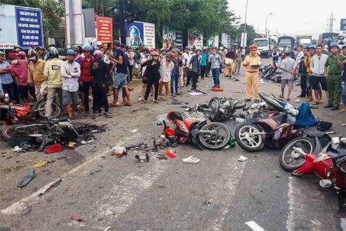 Hiện trường vụ tai nạn tài xế xe container đâm 21 xe máy làm 4 người tử vong.