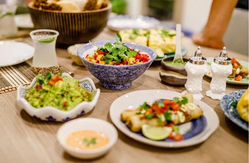 Món ăn nấubằng nguyên liệu Việt Nam pha trộn cách chế biến kiểu Mexico. Ảnh: Munchies.