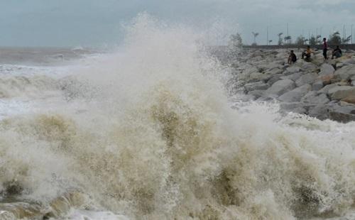 Sóng lớn đập vào bờ biển ở bang Terengganu, Malaysia hôm 3/1 do ảnh hưởng của bão Pabuk. Ảnh: News Straits Times.