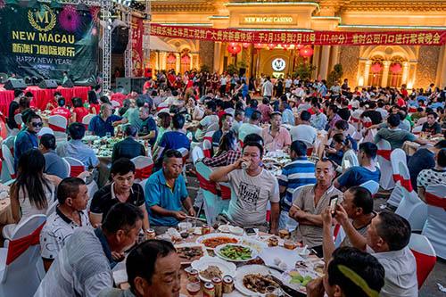 Khách du lịch Trung Quốc ăn tiệc mừng năm mới Nguyên đán tại một sòng bạc ở thành phố biển Sihanoukville, Campuchia. Ảnh: New York Times.