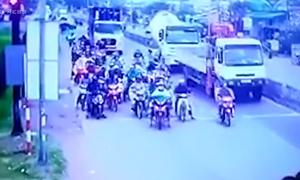Xe container vượt đèn đỏ, kéo lê hơn 20 xe máy