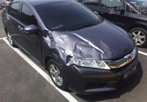 Chiếc Honda City bị dập móp phần đầu sau những cú đâm mạnh từ xe bán tải. Ảnh: The Coverage.