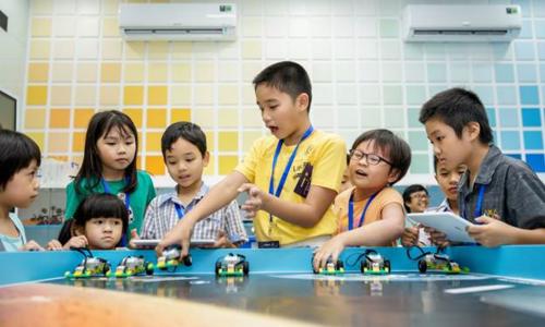 Học sinh hào hứng trong giờ học STEM - viết tắt từ Science (khoa học), Technology (công nghệ), Engineering (kỹ thuật) và Math (toán học). Cung cấp kiến thức, kỹ năng cần thiết liên quan đến 4 lĩnh vực trên, giúp học sinh hiểu biết về nguyên lý, có thể áp dụng để thực hành.
