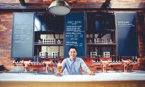 Loc Truong tại quán bia thủ công ở TP HCM. Ảnh: Munchies.