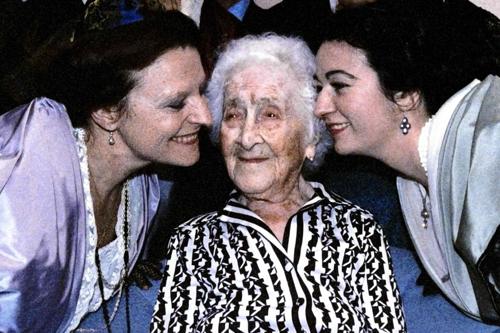 Bà Jeanne Calment (giữa) trong tiệc sinh nhật lần thứ 114. Ảnh: AFP.