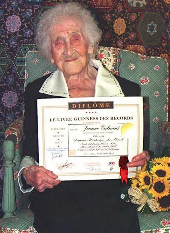 Bà Calment được trao chứng nhận kỷ lục người sống lâu nhất thế giới vào năm 1995. Ảnh: AFP.