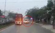 Ôtô bán tải vượt xe container, tông vào gốc cây