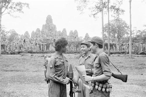 Một người lính Campuchia (trái) và hai chiến sĩ quân tình nguyện Việt Nam bên ngoài đền Angkor Wat năm 1982. Ảnh: VNA.