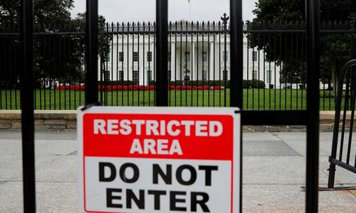 Tấm biển ghi Khu vực giới hạn, cấm vào bên ngoài Nhà Trắng. Ảnh: Reuters.
