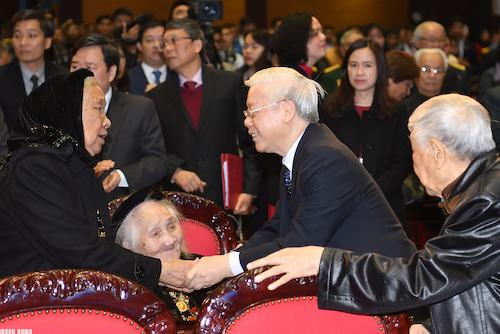 Tổng Bí thư, Chủ tịch nước Nguyễn Phú Trọng thăm hỏi sức khoẻ bà mẹ Việt Nam anh hùng -mẹ của chiến sĩ quân tình nguyện Việt Nam đã hi sinh ở Campuchia. Ảnh: VGP