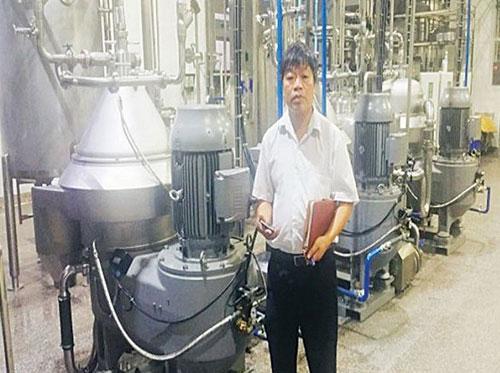 TS Nguyễn Phương giới thiệu hệ thống tách chiết dầu dừa.