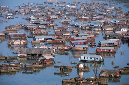 Phù sa từ hạ lưu bồi lòng hồ nên Biển Hồ có sản lượng cá lớn đáng kể. Ảnh: NYT.
